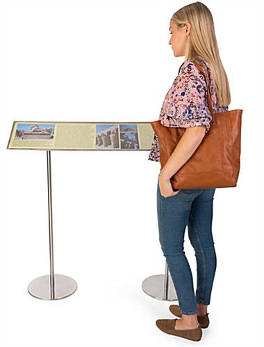 Exhibition reader rails with 39 inch stanchions
